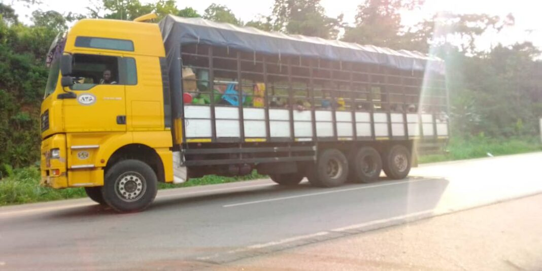 Photo of Police intercept cargo trucks loaded with 150 kayayes heading North