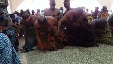 Photo of Bantamahene kneels before Otumfuo to seek mercy over destoolment
