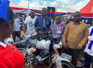 Photo of Gideon Boako donates Toyota pickup, 10 motorbikes to Tano North Constituency