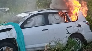 Photo of Mob sets 'engagement car' ablaze at Sefwi Afere