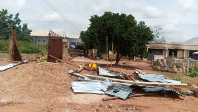 Photo of VIDEO: Wenchi youth burn down house of prominent Chief over  'Soldier's death